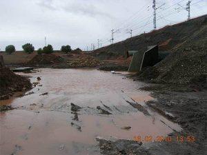 Agua embalsada junto a la obra de drenaje objeto de estudio. Así es imposible.