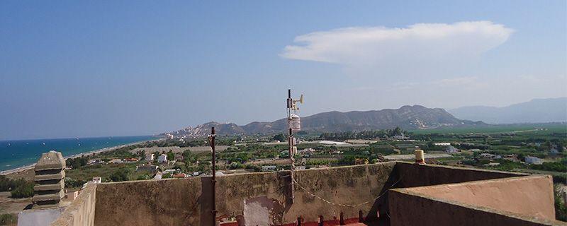 """La estación está situada en la torrera superior de la terraza de la finca """"Cruz del Sur"""". En el mástil (provisional) tenemos fijado el termohigrómetro y la veleta y el anemómetro."""