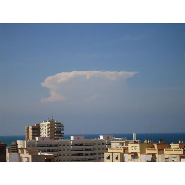 Aquel cumulonimbo se encuentra a más de 80 kilómetros de la posición del observador... ¡casi nada!.