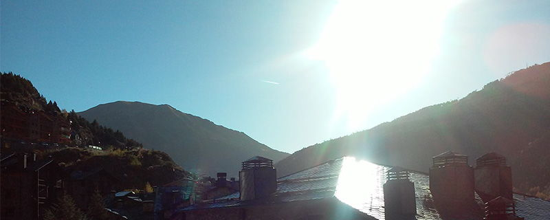 Esta es la imagen del fin de semana: cielos azules y un fantástico sol. Imagen tomada desde El Tarter hacia el SE. A la izquierda asoma la Tossa de Soldeu.