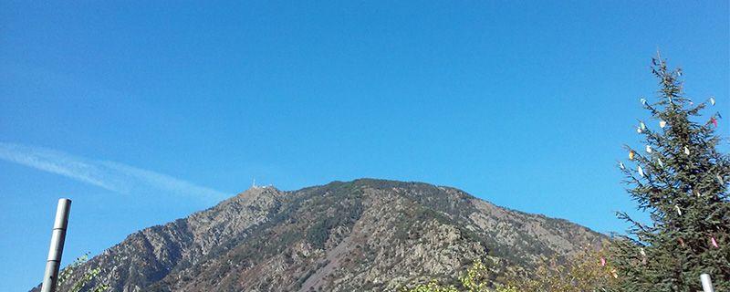 Imagen tomada desde Andorra la Vella enfocando hacia el Pic del Carroi, que domina la capital desde sus antenas. Algún cirro delator del próximo cambio de tiempo.