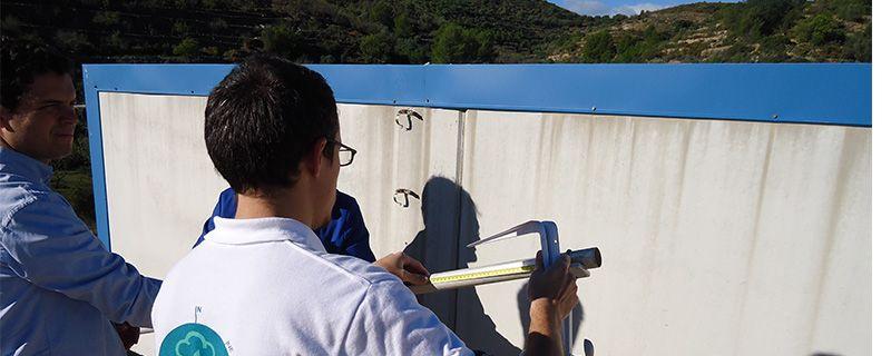 El termohigrómetro, que en este modelo no lleva ninguna protección especial, se coloca a 2 metros del suelo. En la imagen vemos a Toni Rubio (AVAMET) colocando esta distancia. El termohigrómetro se introdujo en una pantalla protectora tipo DAVIS.