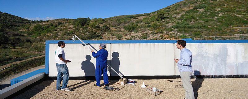 El mástil de aluminio, de una longitud en torno a los tres metros, se fijó al muro vertical que delimita el edificio de administración (sobre el que estamos) de la nave de la zona embotelladora.