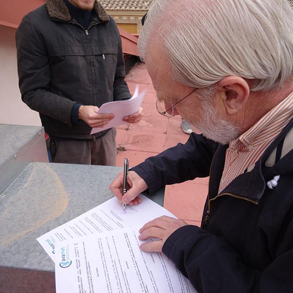 Mientras damos los últimos retoques, aprovechamos para firmar el acuerdo de colaboración entre el Ayuntamiento de Torás y AVAMET. En la imagen, D. Carlos del Río, en el momento de la firma.