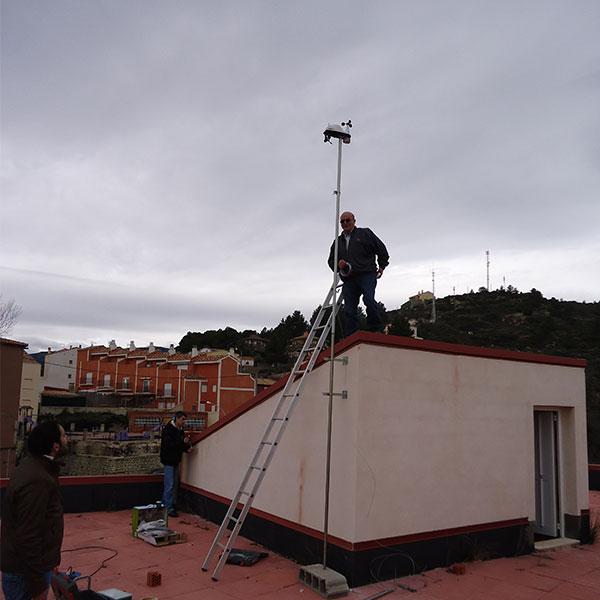 En la terraza ya tenemos 5 metros de mástil metálico de 40 mm. de grosor dispuesto para su izado. En realidad son dos mástiles de 2.5 metros, con un pasador para unirlos, que en el futuro nos facilitará bastante el cambio de baterías, cuando sea necesario.