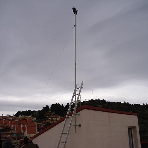 El mástil con los sensores, ya en su posición definitiva. Ahora falta asegurar el mástil para que el viento no pueda estropear nada.