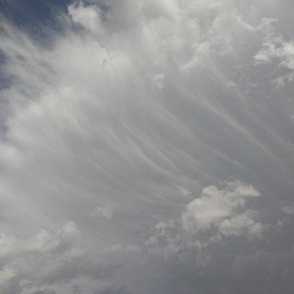 """Esta foto está realizada en Aras de los Olmos (V), a finales de julio. La situación era de inestabilidad acusada, y las precipitaciones estaban casi asegurada. Como en otras ocasiones, el polvo en suspensión se cargó toda esta previsión, aunque finalmente creció una potente tormenta, que se dirigió hacia Titaguas y Tuéjar (V). Aquí vemos el momento en el que el Cumulonimbus adquiere el rasgo """"calvus"""", con estas características estrías alargadas."""