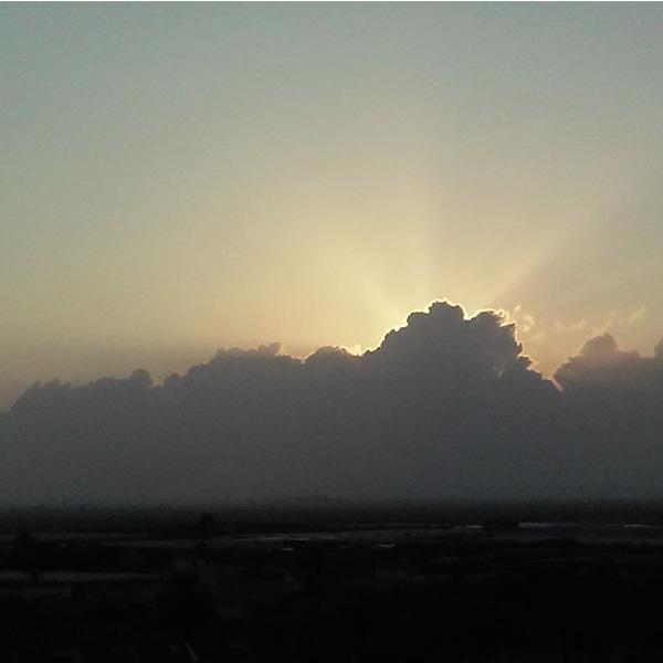 Otra imagen de este atardecer. Rayos crepusculares se observan, partiendo de manera radial , desde esta nube.