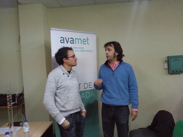 Un servidor, de azul, comentando la actualidad con Toni Rubio, vicepresidente de AVAMET.