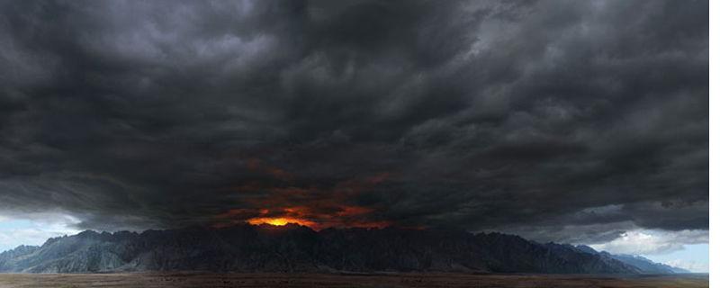 Una gran nube de tormenta, terriblemente grande y terriblemente amenazadora, como imagen del mal.