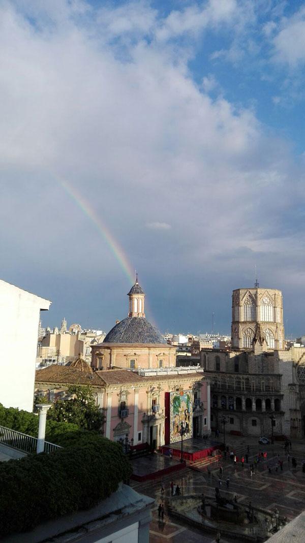 Y esta imagen también nos parece muy evocadora: el arco iris saliendo de la culminación de la cúpula de la Basílica de la Virgen de los Desamparados. La fotografía es de Alicia. Menudas vistas...