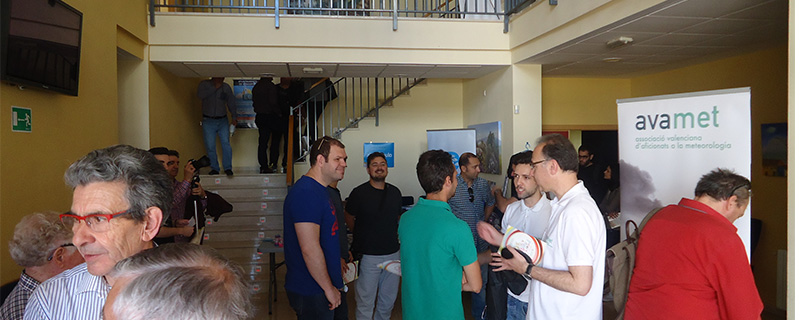 El público que acudió en masa a este IV Encuentro Meteorológico, esperabndo el momento del comienzo de las charlas, en el Centro Cultural Joan Fuster.