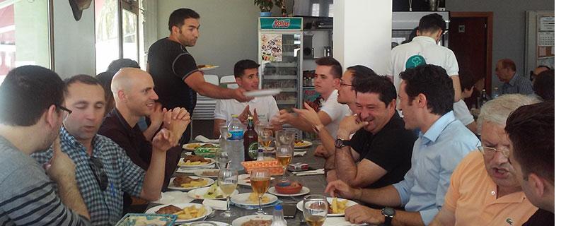 El restaurante Nueva Piscina, a tope en el momento de la comida.