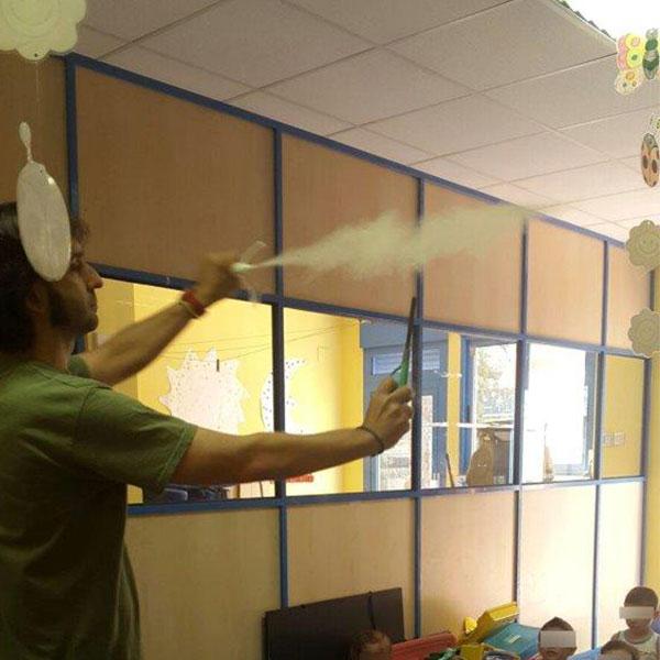 Los polvos de licopodio, los polvos de licopodio... La foto se hizo un segundo antes de su inflamación. Los gritos de asombro más rgandes de la mañana llegaron con este efecto.