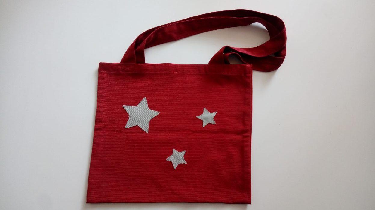 Bolsa de tela roja con estrellas.