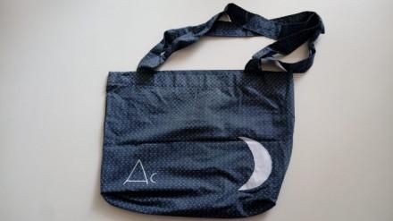 Bolsa de tela con luna y fondo de estrellas.