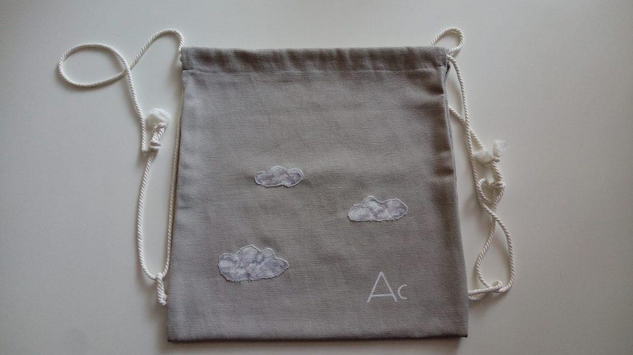 Petate gris con nubes.